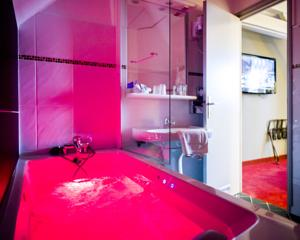 Hotel The Originals Lille Sud Bulles by Forgeron (ex Qualys-Hotel) : Chambre Double avec Baignoire Spa