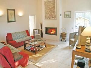 Hebergement Four-Bedroom Holiday home Longeville Sur Mer with a Fireplace 08 : Maison de Vacances 4 Chambres