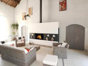Hebergement Three-Bedroom Holiday home with a Fireplace in Burie : photos des chambres
