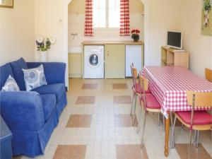 Hebergement Two-Bedroom Holiday Home in Salles les Aulnay : photos des chambres