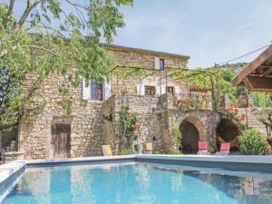 Hebergement Three-Bedroom Holiday home Rochecolmbe with a Fireplace 05 : Maison de Vacances de 3 Chambres
