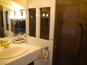 Chambres d'hotes/B&B B&B with charm, quiet, kitchen, sw pool. : Chambre Familiale avec Terrasse