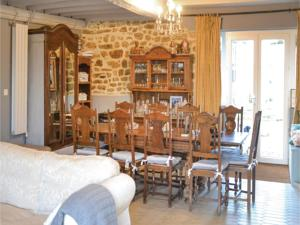 Hebergement Seven-Bedroom Holiday Home in Fougerolles du Plessis : photos des chambres