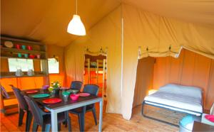 Hebergement Safari tent at Minicamping Chateau de Satenot : Tente