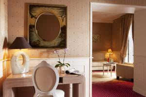 Best Western Premier Grand Monarque Hotel & Spa : Suite Lit King-Size - Coin Salon