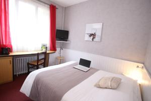 Logis Hotel La Coupe d'Or : Chambre Triple