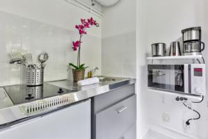Appartement In artist village of Montmartre with view on Sacre Coeur : photos des chambres