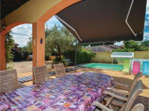 Hebergement Five-Bedroom Holiday Home in St-Julien-les-Rosiers : photos des chambres
