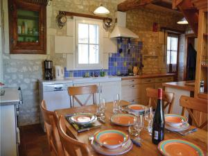 Hebergement Three-Bedroom Holiday Home in Civray s/Esves : photos des chambres