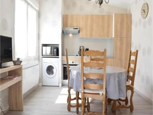Hebergement Two-Bedroom Holiday Home in Grandcamp-Maisy : photos des chambres
