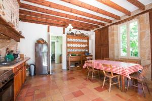 Hebergement Saint-Colomb-de-Lauzun Chateau Sleeps 12 Pool WiFi : photos des chambres