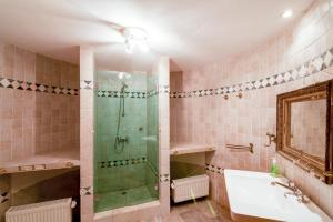 Hebergement Chatel-Gerard Chateau Sleeps 20 Pool WiFi : photos des chambres