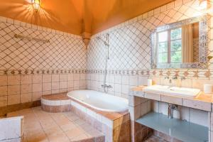 Hebergement Beziers Chateau Sleeps 20 Pool WiFi : photos des chambres