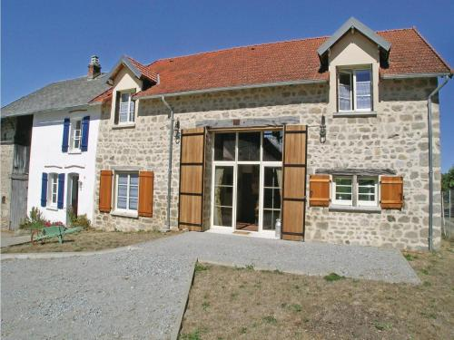 Eight-Bedroom Holiday Home in Saint Dizier Leyrenne : Hebergement proche de Saint-Vaury