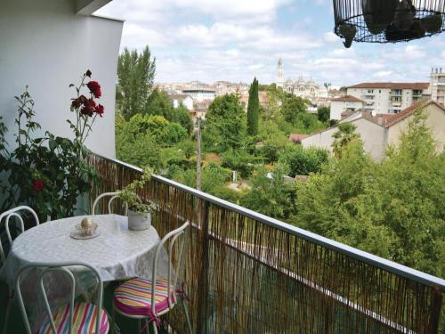 Two-Bedroom Apartment in Perigueux : Appartement proche de Champcevinel