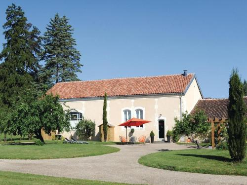 Three-Bedroom Holiday home with a Fireplace in Burie : Hebergement proche de La Brousse