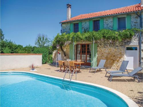 Holiday home St.Simon de Pellouaill with Outdoor Swimming Pool 376 : Hebergement proche de Rétaud