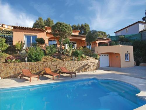 Three-Bedroom Holiday Home in La Londe les Maures : Hebergement proche de La Londe-les-Maures