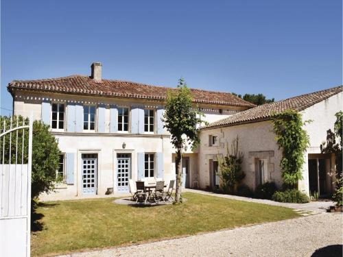 Four-Bedroom Holiday Home in Champmillon : Hebergement proche de Blanzac-Porcheresse