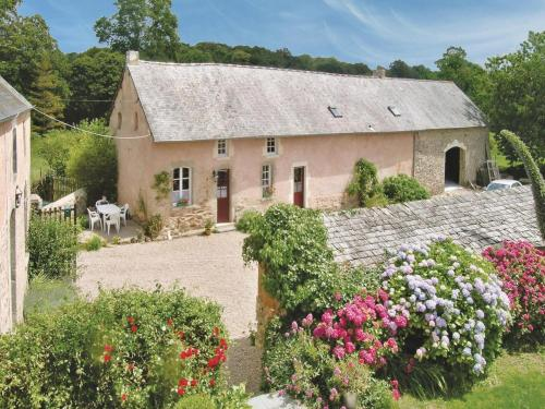 Holiday home Manoir De La Sainte : Hebergement proche de Valcanville