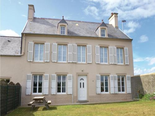 Four-Bedroom Holiday Home in Saint-Marcouf : Hebergement proche d'Octeville-l'Avenel