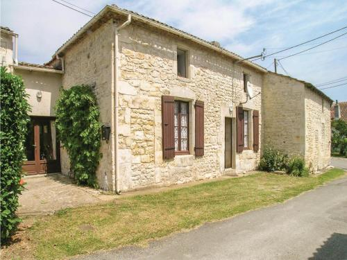 Three-Bedroom Holiday Home in Gemozac : Hebergement proche de Rioux