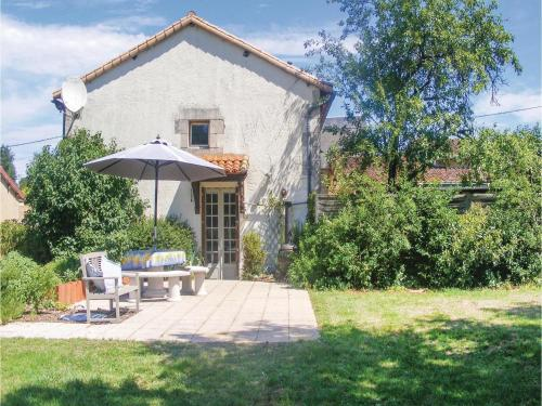 Three-Bedroom Holiday Home in Queaux : Hebergement proche de Chapelle-Viviers