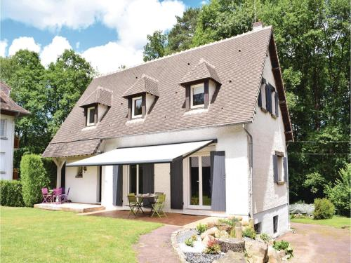 Four-Bedroom Holiday Home in Bagnoles de l'Orne : Hebergement proche de Le Housseau-Brétignolles