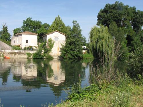 The Riverside Retreat-Le Pont De Vinade : Hebergement proche de Saint-Cybardeaux