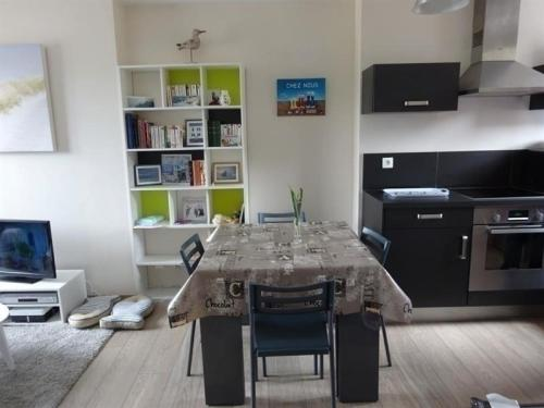 Apartment Appartement centre ville de type f2 situe au 3 etage : Appartement proche de Granville