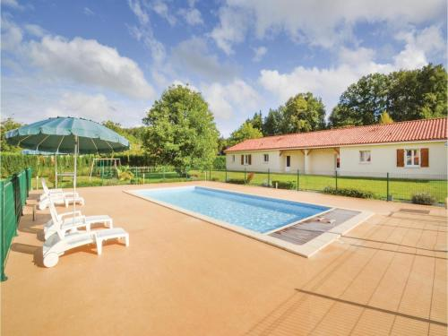 Three-Bedroom Holiday Home in Savignac-Les-Eglises : Hebergement proche de Limeyrat