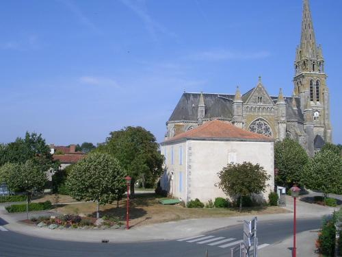 Recently renovated holiday house in the heart of a small French town : Hebergement proche de La Chaize-le-Vicomte
