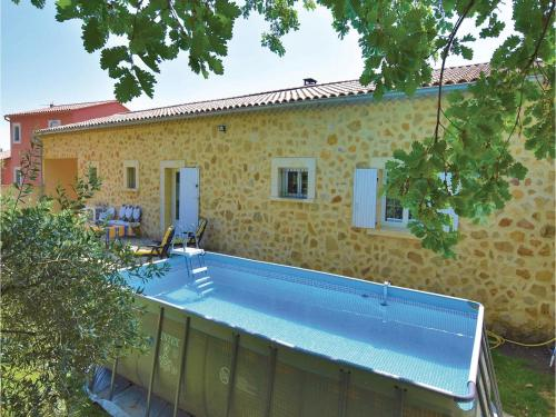 Three-Bedroom Holiday Home in Serignan du Comtat : Hebergement proche de Piolenc