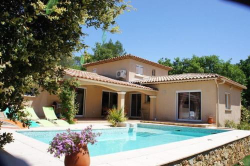 Beautiful holiday cottage with private swimming pool in Cotignac in the Haut Var in Provence : Hebergement proche de Correns