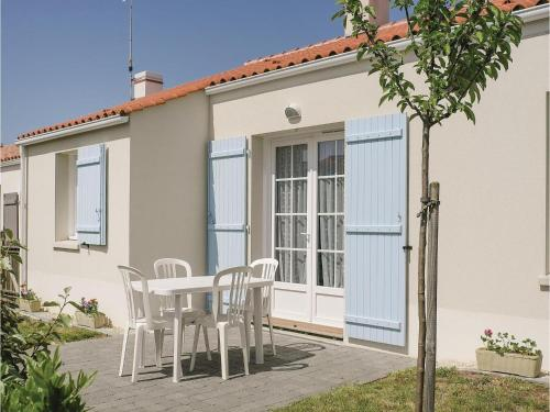 Three-Bedroom Holiday Home in Longeville sur Mer : Hebergement proche de Saint-Hilaire-la-Forêt