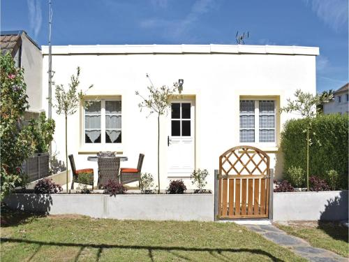 Two-Bedroom Holiday Home in Grandcamp-Maisy : Hebergement proche de Monfréville