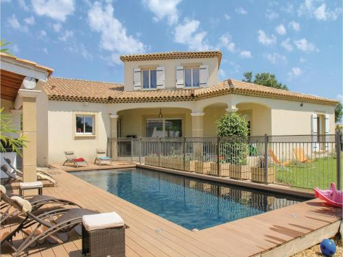 Five-Bedroom Holiday Home in Sorgues : Hebergement proche de Vedène