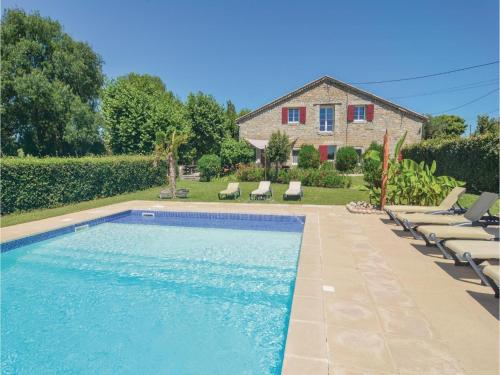 Six-Bedroom Holiday Home in St-Jean-de-Maruejols : Hebergement proche de Tharaux