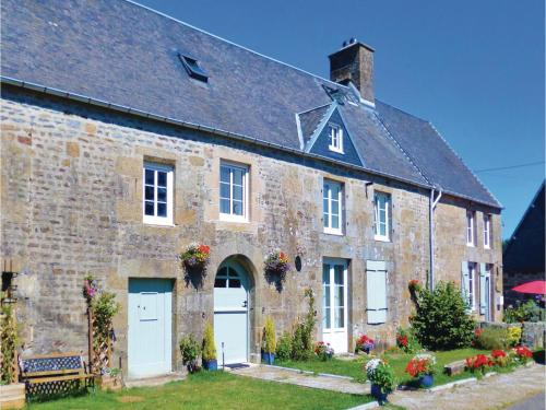 Three-Bedroom Holiday Home in St-Michel-de-Montjoie : Hebergement proche de Beaumesnil