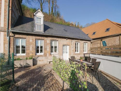 Three-Bedroom Holiday Home in Fontaine le Dun : Hebergement proche de Bourville