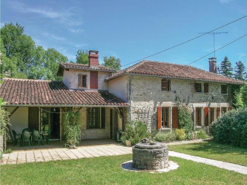 Four-Bedroom Holiday Home in Ambernac : Hebergement proche de Beaulieu-sur-Sonnette