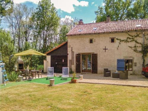 Four-Bedroom Holiday Home in Usson du Poitou : Hebergement proche de Sillars