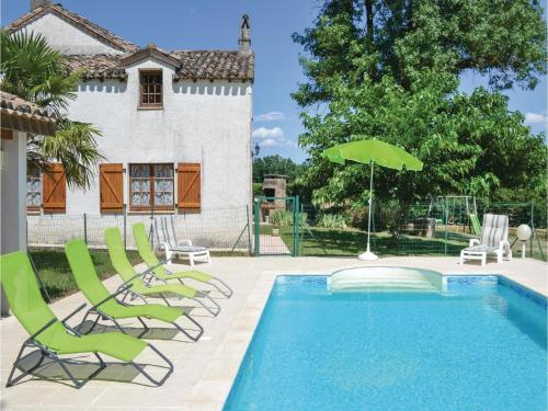 Three-Bedroom Holiday Home in Montlauzun : Hebergement proche de Belvèze