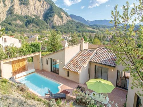 Four-Bedroom Holiday Home in Chatillon en Diois : Hebergement proche de Treschenu-Creyers