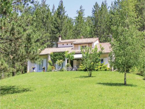 Three-Bedroom Holiday Home in Eyguians : Hebergement proche de Chabestan