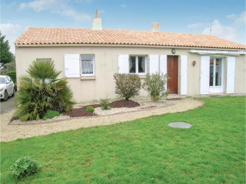 Three-Bedroom Holiday Home in Vaire : Hebergement proche de L'Île-d'Olonne
