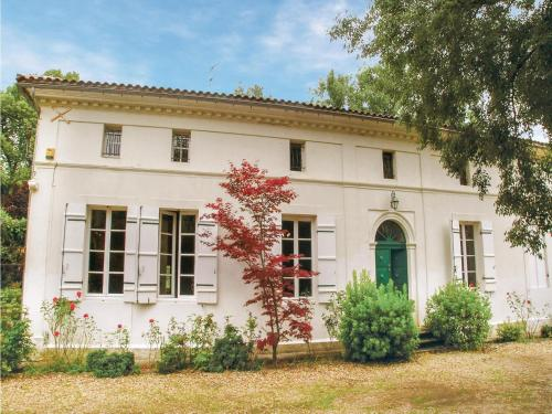 Thirteen-Bedroom Holiday Home in St. Medard de Mussidan : Hebergement proche de Saint-Laurent-des-Hommes