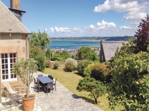 Four-Bedroom Holiday home Perros-Guirrec with a Fireplace 01 : Hebergement proche de Perros-Guirec