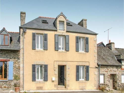 Four-Bedroom Holiday Home in Caurel : Hebergement proche de Saint-Guen