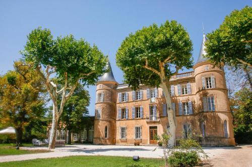 Cotignac Chateau Sleeps 26 Pool WiFi : Hebergement proche de Correns